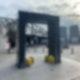 Das schwarze Tor vor den Spandau Arcaden